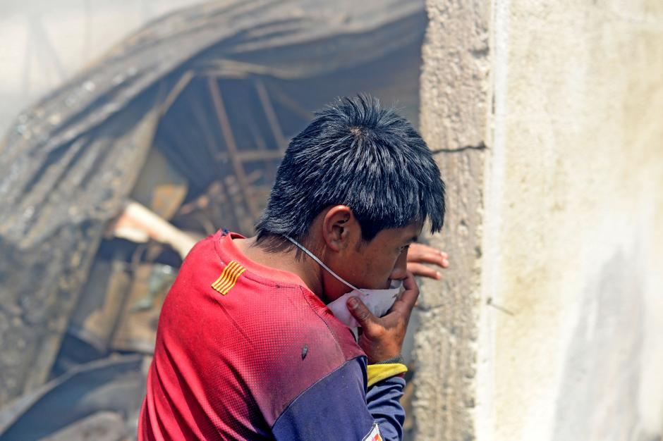 Las personas recorrían la Terminal buscando algo que rescatar. (Foto: Esteban Biba/Soy502)