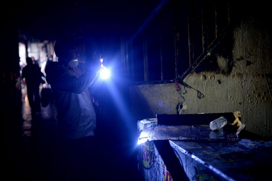 En la oscuridad los vendedores buscan qué rescatar. (Foto: Esteban Biba/Soy502)