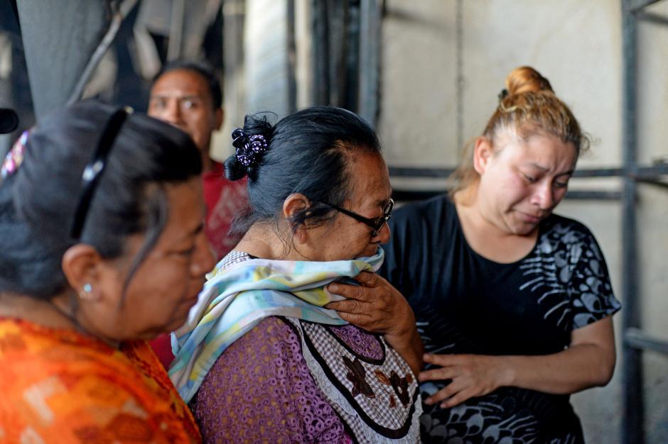 Estas vendedoras ven con tristeza como el fuego consumió su negocio de ropa infantil y se llevó la cosecha de mucho esfuerzo. (Foto: Esteban Biba/Soy502)