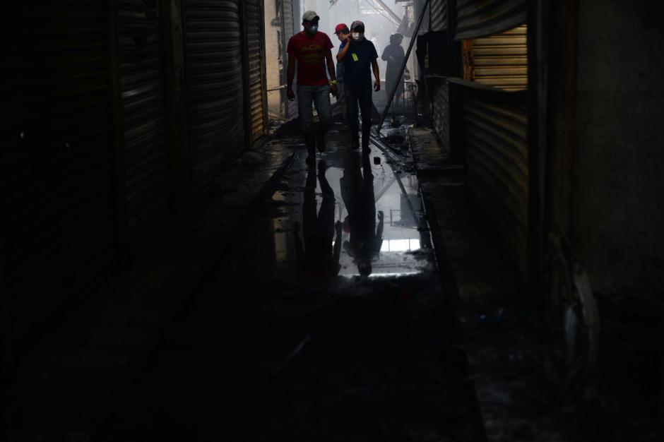 En La Terminal los vendedores respiran todavía el humo que dejó el incendio. (Foto: Esteban Biba/Soy502)