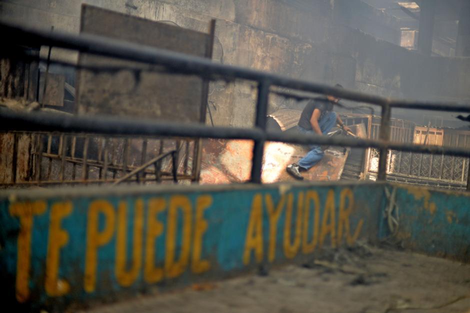 Los vendedores arriesgan su salud al trabajar entre los escombros. (Foto: Esteban Biba/Soy502)