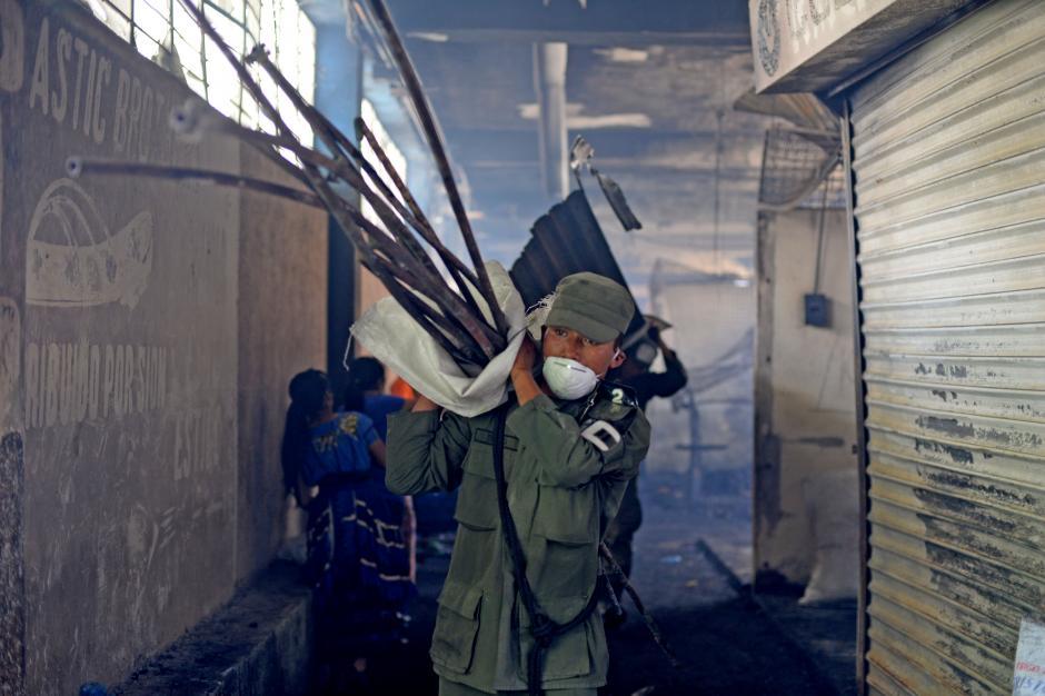 Soldados ayudan en las tareas de limpieza dentro del mercado. (Foto: Esteban Biba/Soy502)
