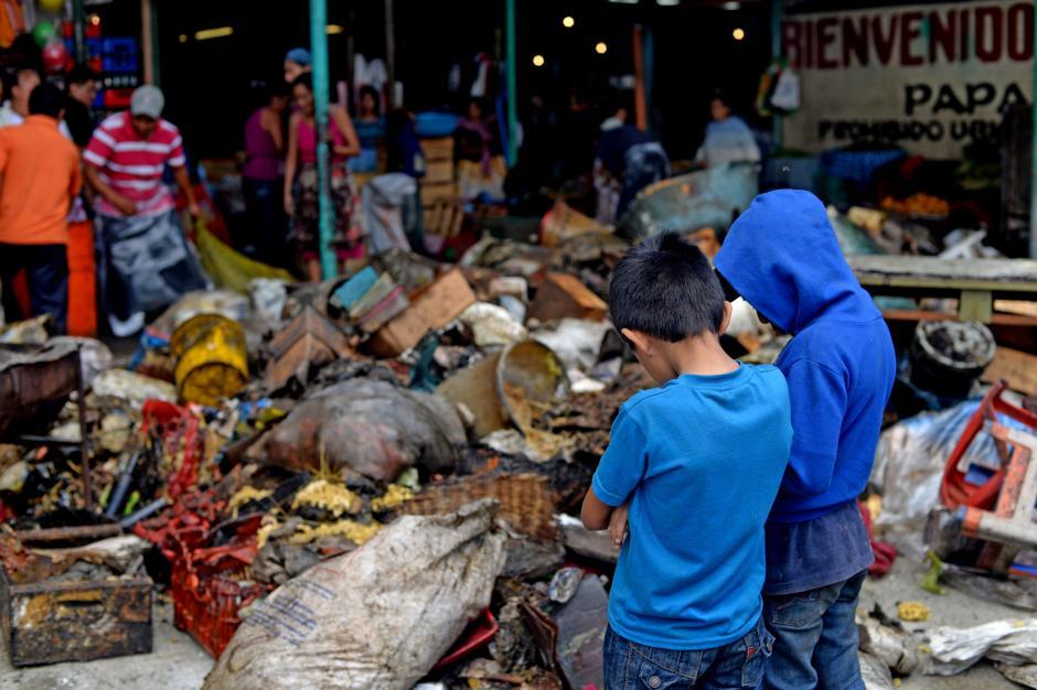 Toneladas de productos alimenticios se perdieron en el incendio. (Foto: Esteban Biba/Soy502)