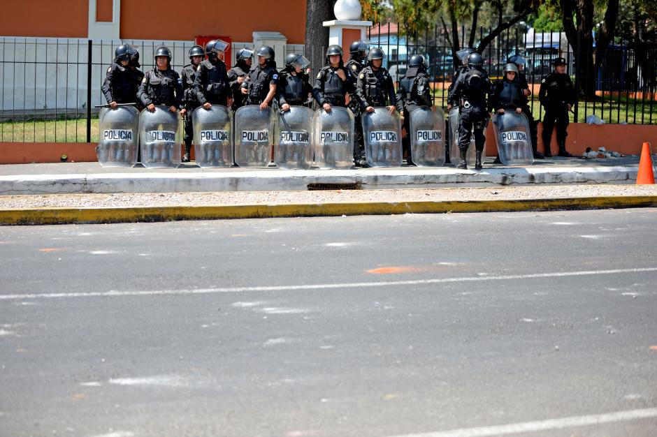 Este fue el pelotón que llegó a las instalaciones del Instituto Normal para Varones. (Foto: Esteban Biba/Soy502)