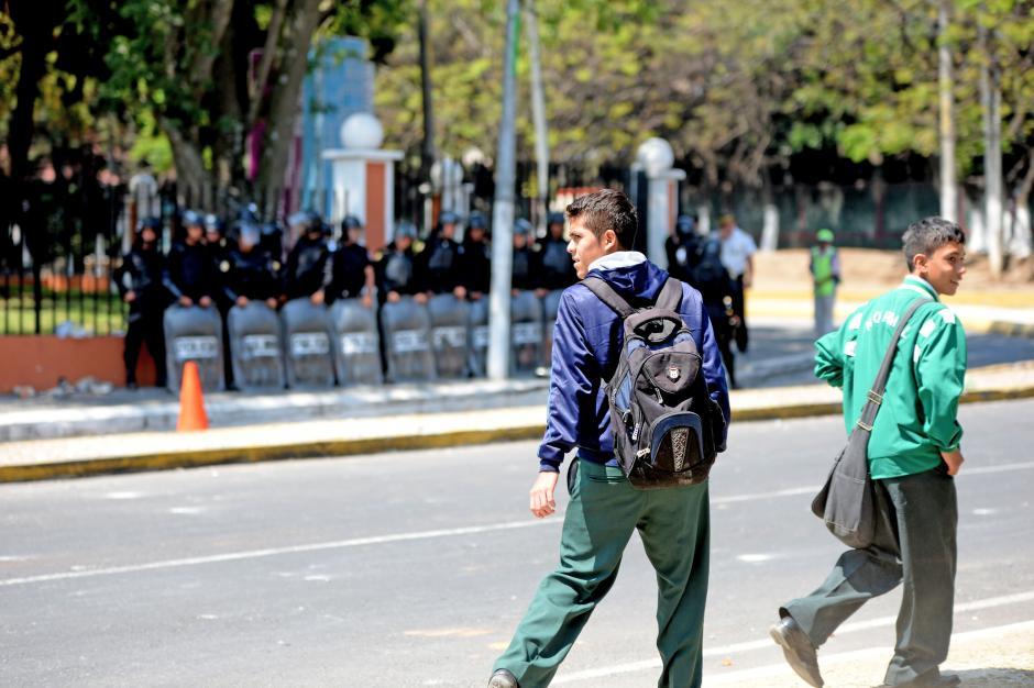 Por segundo día los estudiantes se enfrentaron con los policías antimotines. (Foto: Esteban Biba/Soy502)