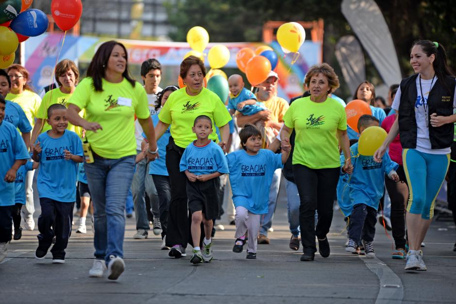 El Comitéde Damas del Club Rotario, creadoras de la carrera, salieron primero con niños pacientes con cáncer. (Foto: Esteban Biba/Soy502)