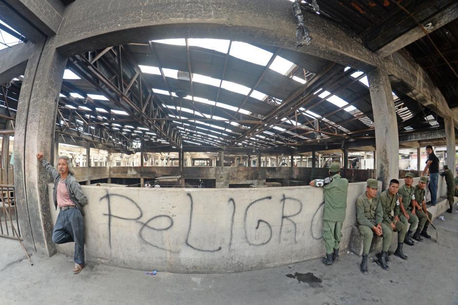 El área de trabajo todavía es peligrosa pues parte del techo no ha terminado de desplomarse. (Esteban Biba/Soy502)