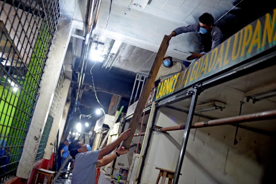 Algunos vendedores del primer nivel del mercado de La Terminal ya reconstruyen su local para empezar a comerciar lo antes posible. (Foto: Esteban Biba/Soy502)
