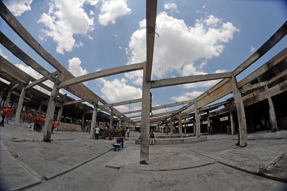 Las autoridades discuten si la estructura puede aguantar la actividad del mercado tras el incendio. (Foto: Esteban Biba/Soy502)
