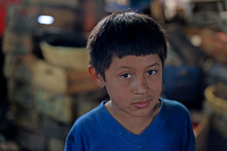 Cristian, de 11 años estudia segundo primaria y fue afectado por el incendio. Tuvo que suspender sus estudios. (Foto: Esteban Biba/Soy502)