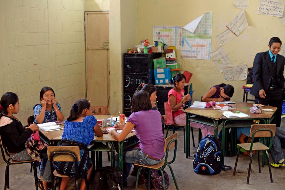 Los niños y niñas siguen asistiendo a clases, aunque muchos no fueron autorizados por sus padres para salir de la Terminal e ir al Granero. (Foto: Esteban Biba/Soy502)