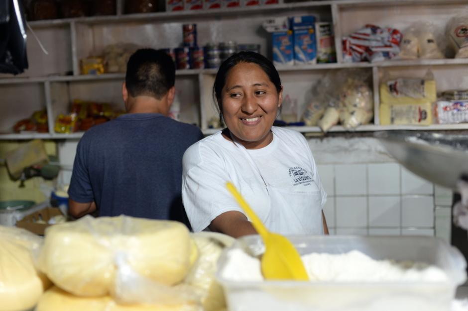 Silvia se muestra feliz al poder empezar a vender queso y crema en La Terminal de la zona 4. (Foto: Esteban Biba/Soy502)
