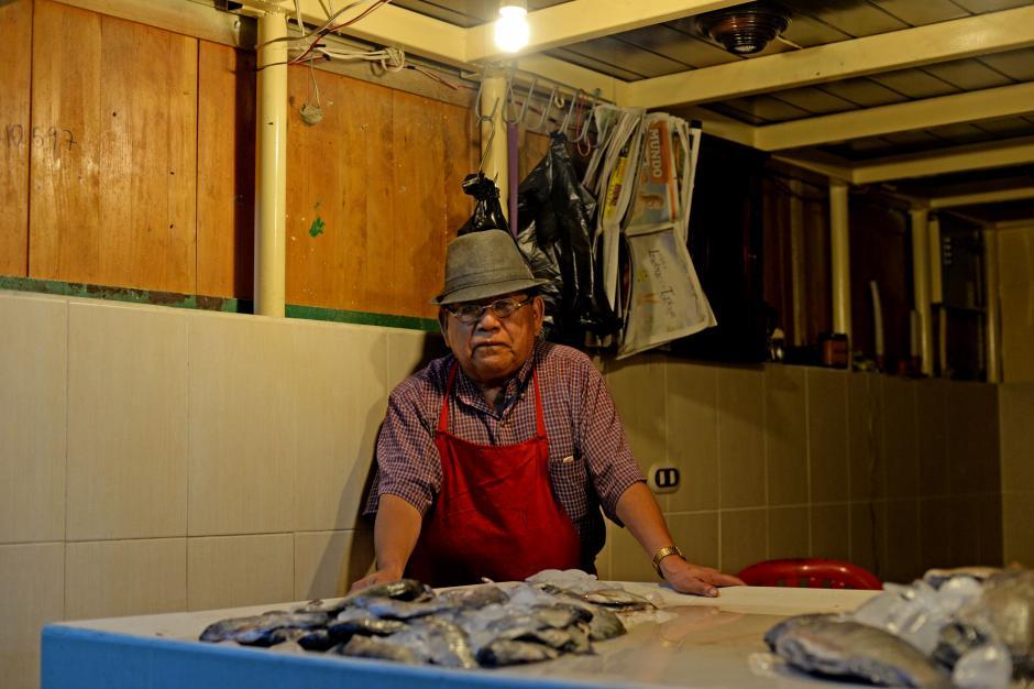 Don José empezó a vender el pescado fresco en su modesto puesto de venta en el área de mariscos en La Terminal de la zona 4. (Foto: Esteban Biba/Soy502)