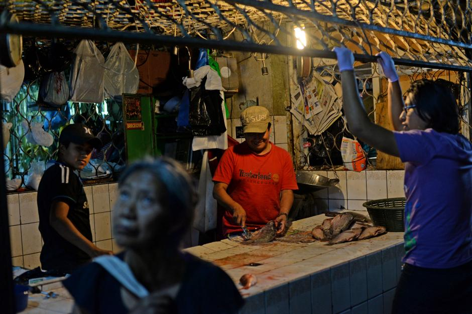 La penumbra no es obstáculo para que los vendedores de mariscos inicien sus labores. (Foto: Esteban Biba/Soy502)