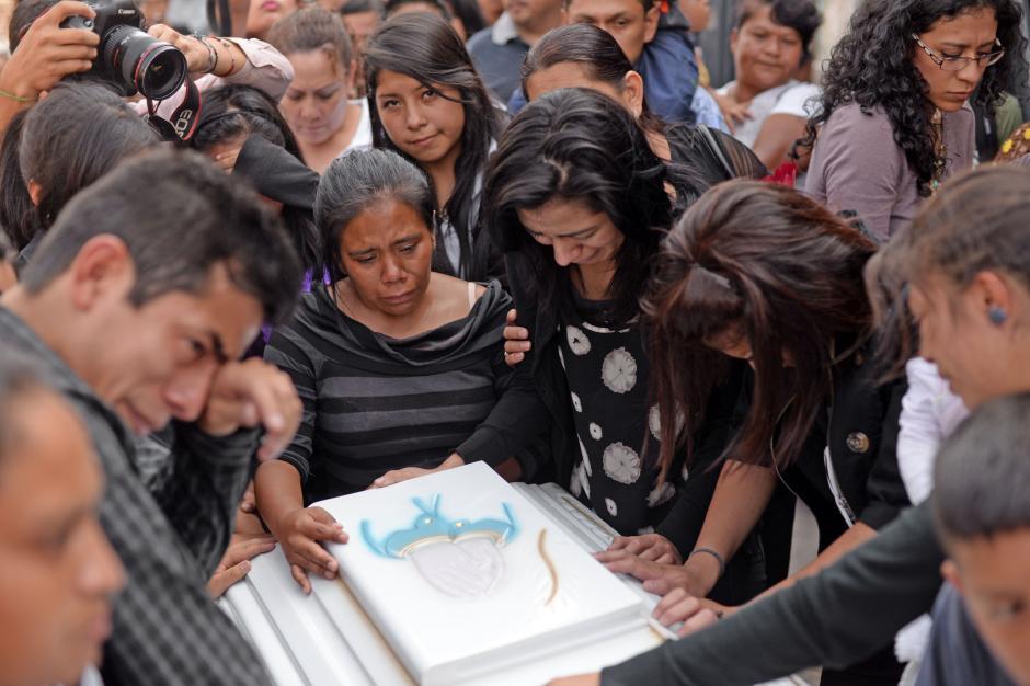 Familiares y amigos lloraron a la joven en el sepelio en el Cementerio General. (Foto: Esteban Biba/Soy502)