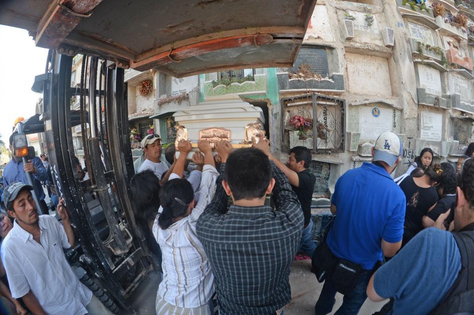 El féretro de Karla Daniela fue depositado en el Cementerio General, a las 3:15 de la tarde. (Foto: Esteban Biba/Soy502)