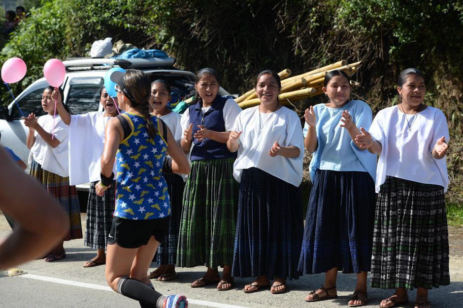 Las niñas de Talita Kumi están listas para alentar a los miles de corredores en el Medio Maratón de Cobán. (Foto: Soy502)