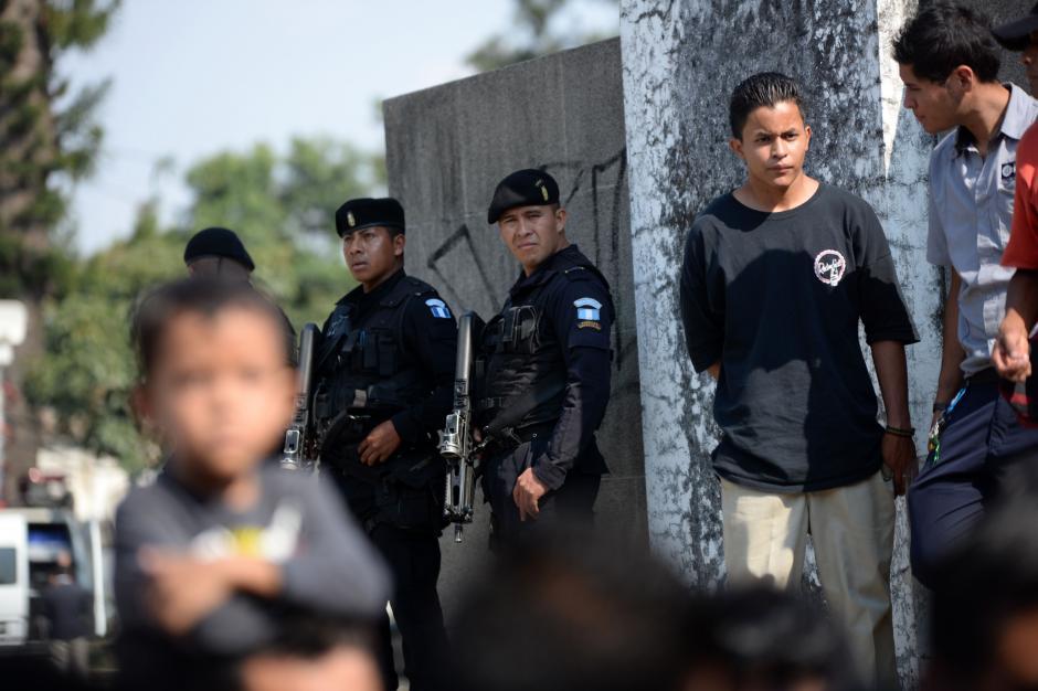 Policías custodiaron a las personas que asistieron al entierro. (Foto: Esteban Biba/Soy502)