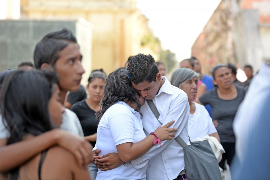 Amigos, desconsolados, lloraron la partida de Karla Daniela, una joven que tenía el futuro por delante. (Foto: Esteban Biba/Soy502)
