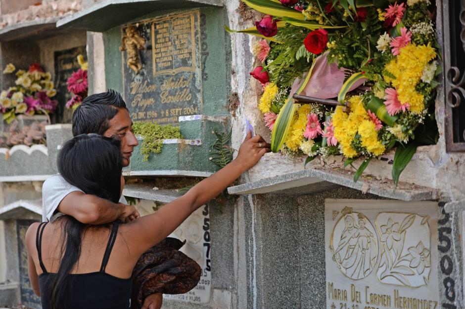 Amigos de Karla Daniela asistieron a su entierro en el Cementerio General en la zona 3. (Foto: Esteban Biba/Soy502)