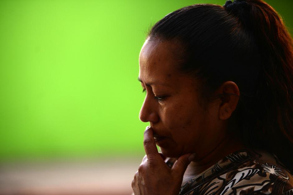 Maribel Solórzano llegó al INCA pero lo encontró cerrado, temé por la seguirdad de su hija adolescente. (Foto; Esteban Biba/Soy502)