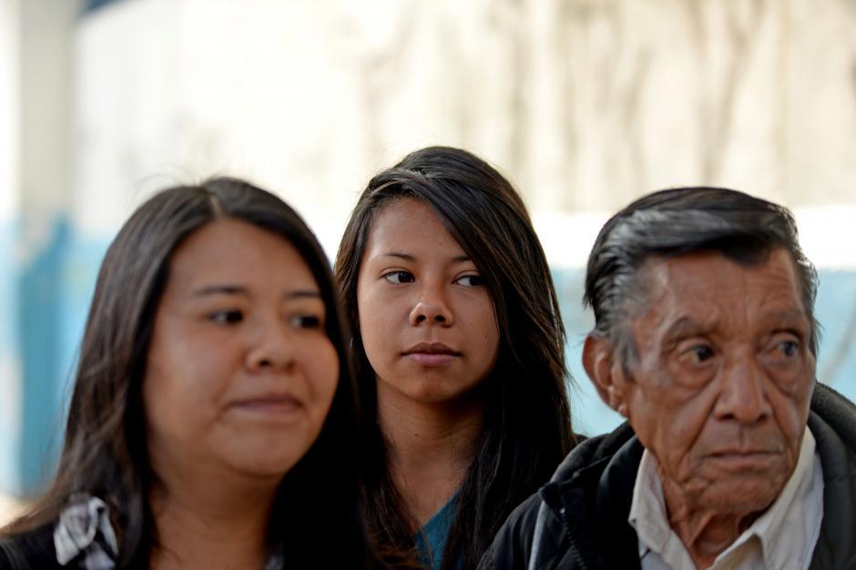 Sonia Álvarez (izquierda) llegó para sacar a su hija de 14 años (en medio), del INCA por miedo a la violencia. (Foto: Esteban Biba/Soy502)