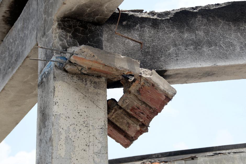 Algunas columnas del interior del mercado presentan serios daños. (Foto: Esteban Biba/Soy502)