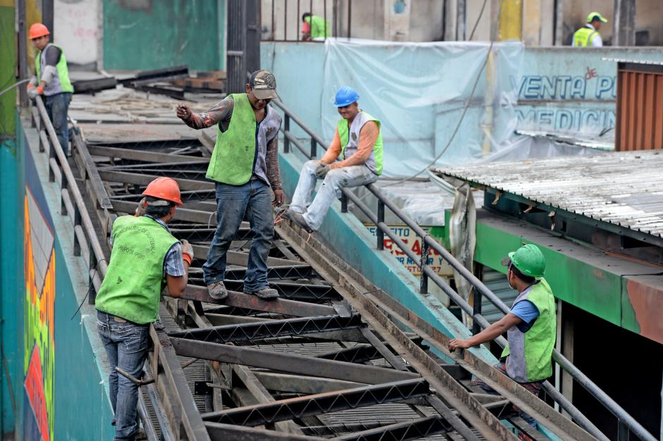 Empleados de la Municipalidad todavía trabajan para descombrar y retirar la chatarra de la estructura del techo. (Foto: Esteban Biba/Soy502)