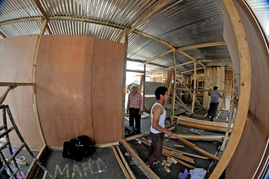 Pequeños locales de madera y lámina fueron construidos provisionalmente en el parqueo de La Terminal de la zona 4. (Foto: Esteban Biba/Soy502)
