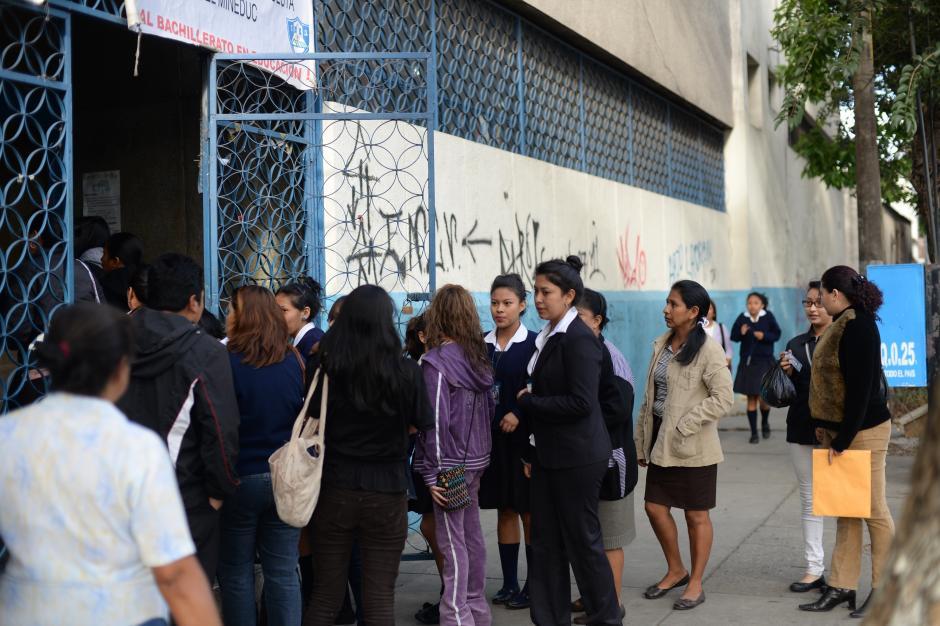 Desde temprano las alumnas del INCA asistieron acompañadas de sus padres a la reunión con los maestros. (Foto: Esteban Biba/Soy502)