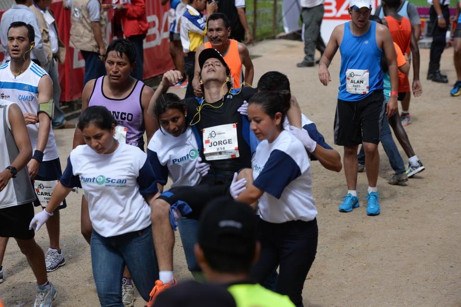 Voluntarios auxilian a un corredor de la maratón. (Foto: Archivo/Soy502)