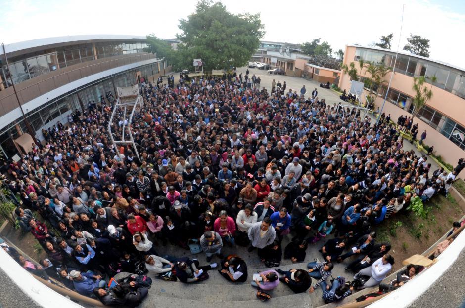 Cientos de padres de familia se congregaron en el patio principal del INCA para escuchar las recomendaciones de la PNC y de las autoridades del instituto. (Foto: Esteban Biba/Soy502)