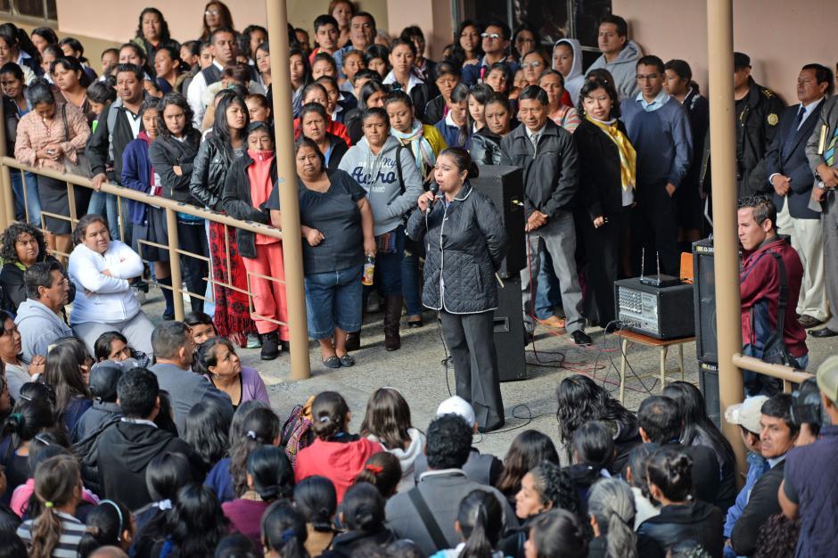 La directora pidió la ayuda de los padres para controlar la violencia a las que están siendo expuestas las alumnas. (Foto: Esteban Biba/Soy502)