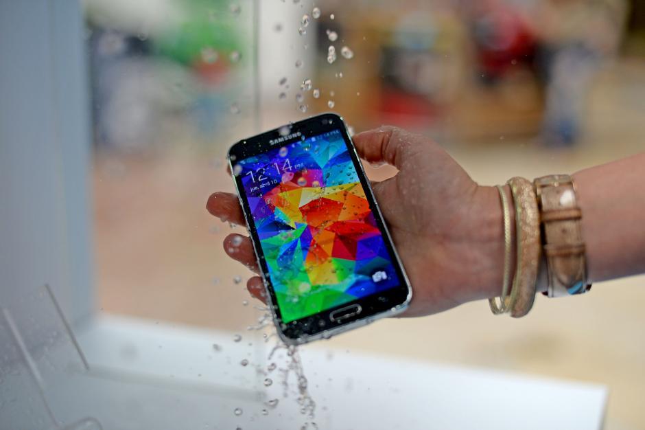 El nuevo Galaxy S5 puede soportar un accidente con agua. (Foto: Esteban Biba/Soy502)