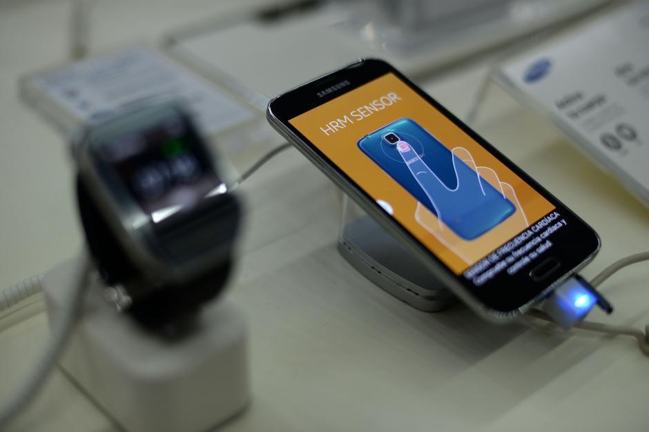 El telefóno tiene un sensor de pulso cardíaco que te ayudará con tu rutina de ejercicios. (Foto: Esteban Biba/Soy502)