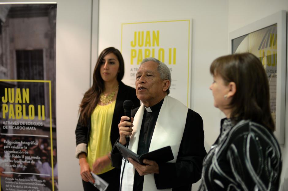 La exposición fue bendecida en su inauguración. (Foto: Esteban Biba/Soy502)