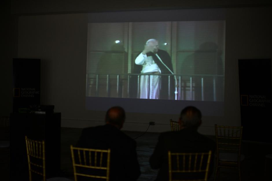 En la exposición se proyectan discursos del Papa. (Foto: Esteban Biba/Soy502)
