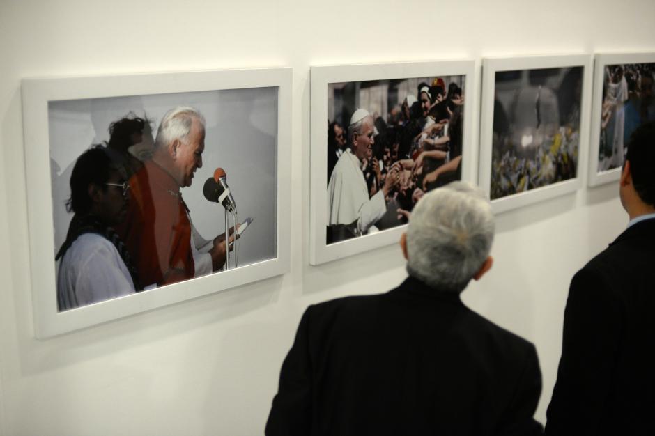 La exposición es de fotografías tomadas por Ricardo Mata en las visitas de Juan Pablo II a Guatemala. (Foto: Esteban Biba/Soy502)