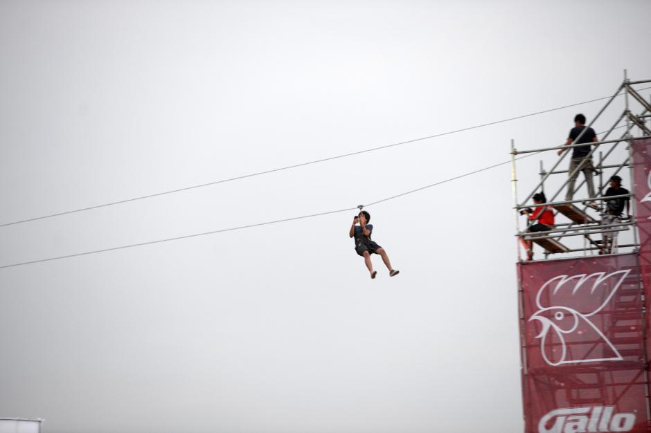 Una línea para rapel fue instalada para los asistentes, amantes de lo extremo. (Foto: Esteban Biba/Soy502)
