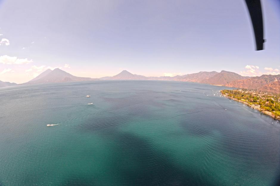 El Lago de Atitlán desde las alturas. (Foto: Esteban Biba/Soy502)