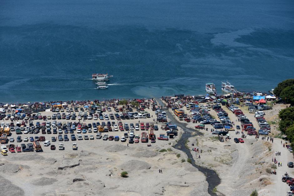 En la orilla del lago de Atitlán, cientos de familias pasaron las vacaciones. (Foto: Esteban Biba/Soy502)