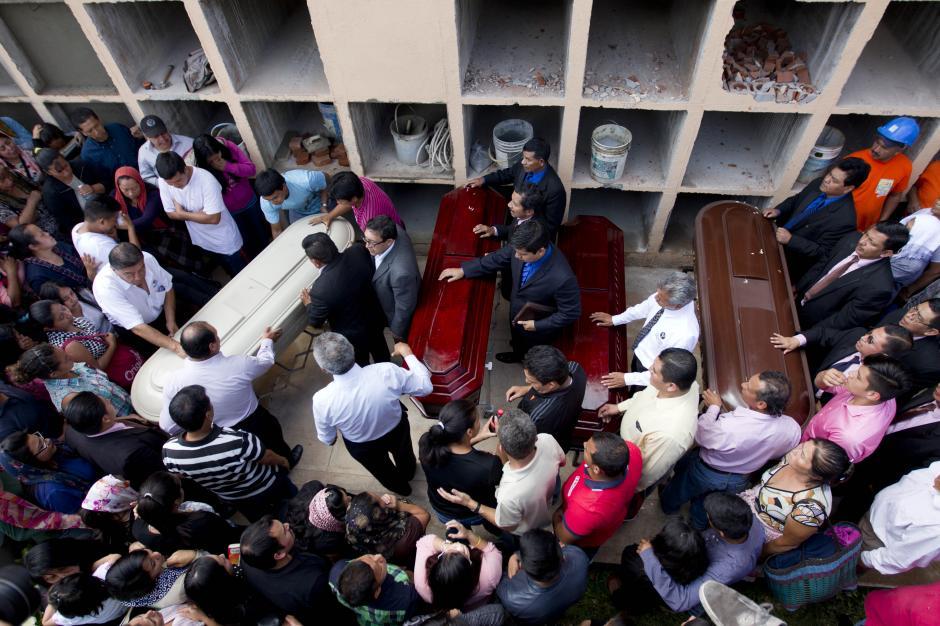 Esta mañana se inició al entierro de las víctimas de la tragedia en El Cambray. (Foto: EFE/Esteban Biba)