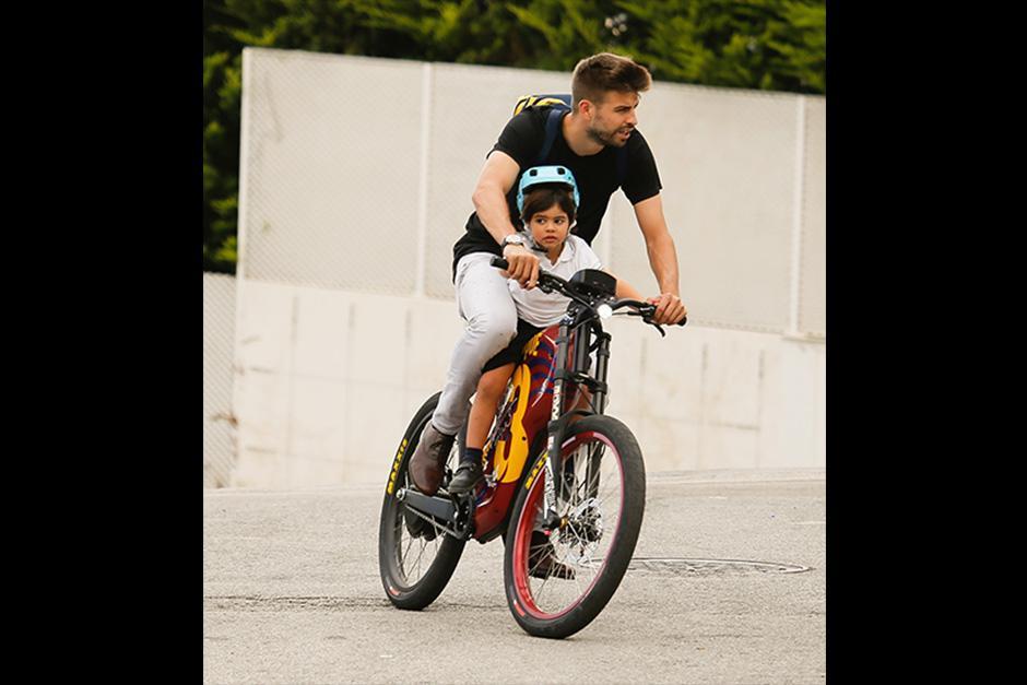 Aunque algunas estrellas del fútbol recogen a sus hijitos en flamantes automóviles, Piqué lo hace en bicicleta. (Foto: The Grosby Group)