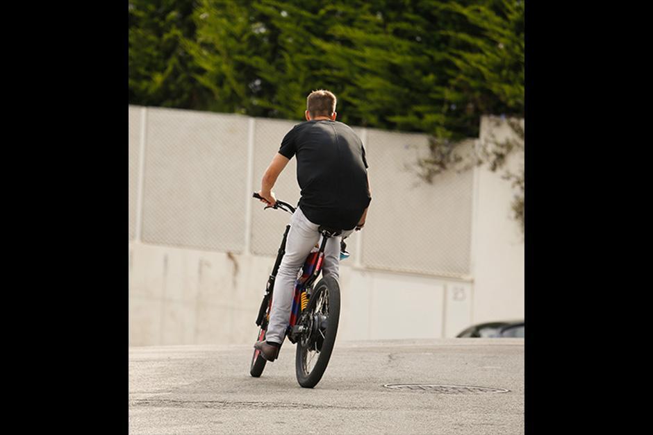 Piqué salió de su casa en su original bicicleta para recoger a su hijo mayor en el colegio. (Foto: The Grosby Group)