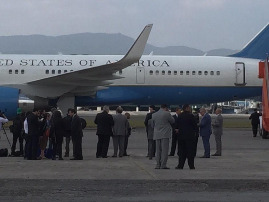 El canciller guatemalteco Carlos Morales y el embajador de Estados Unidos en Guatemala Todd Robinson esperan la llegada de Biden. (Foto: Roberto Caubilla/Soy502)