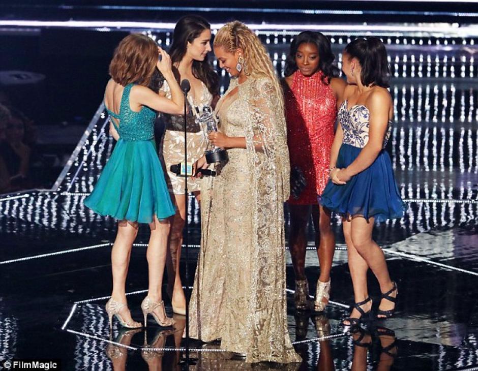 """Las jóvenes fueron las encargadas de presentar la categoría """"Mejor video femenino"""". (Foto: www.dailymail.co.uk)"""