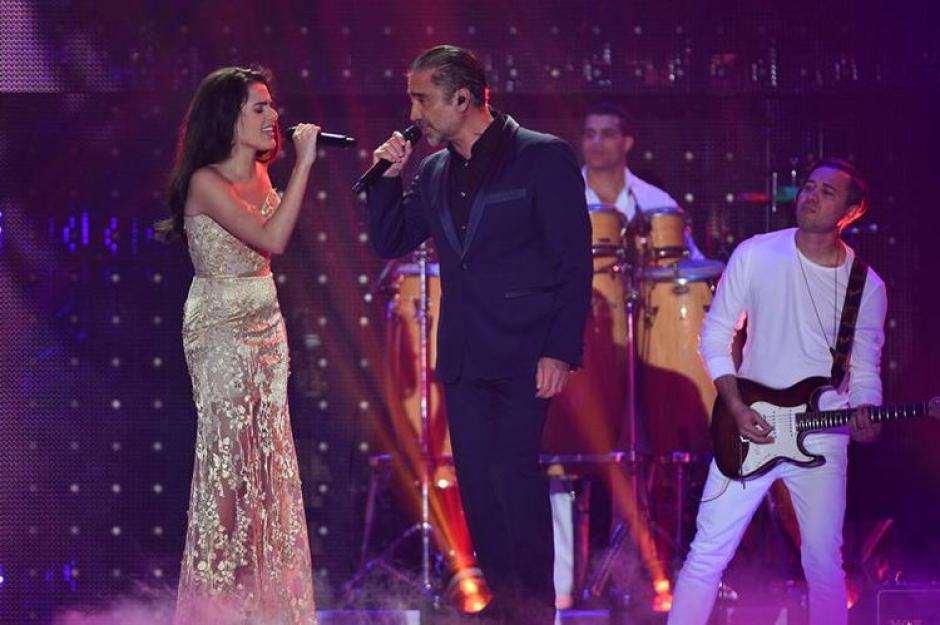 Alejandro Fernández junto a su hija Gabriela, quienes pusieron un toque romántico. (Foto:  la-razon.com)