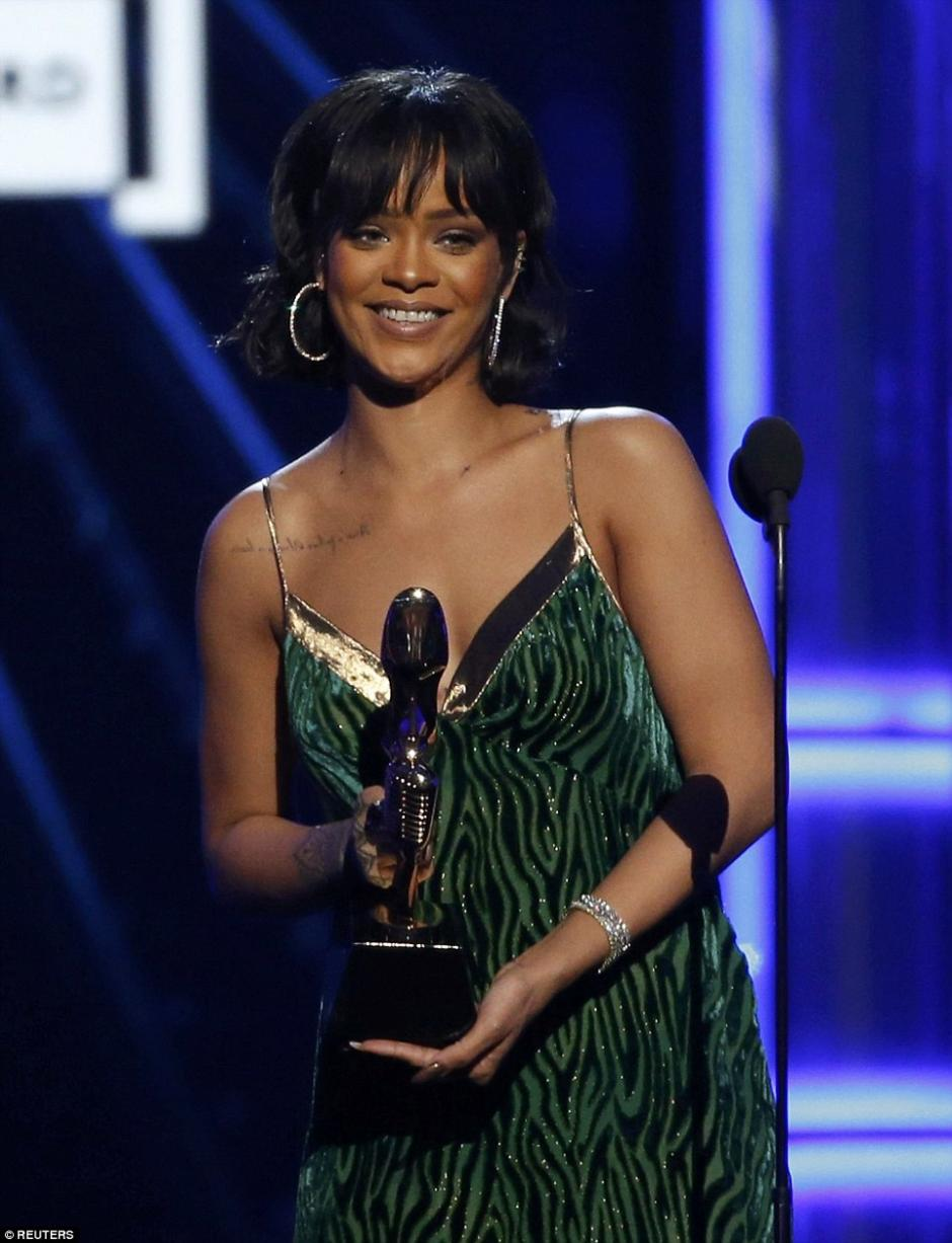 "Rihanna brilló al recibir el ""Achievement Award"" en un animal print verde. (Foto: Dailymail)"