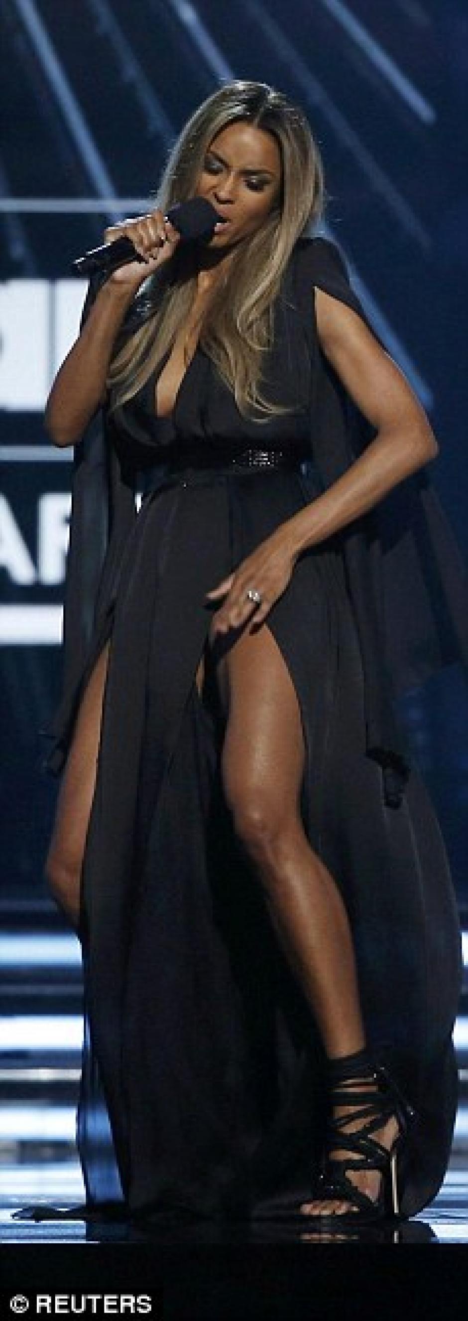 Como presentadora también bailó. (Foto: Dailymail)
