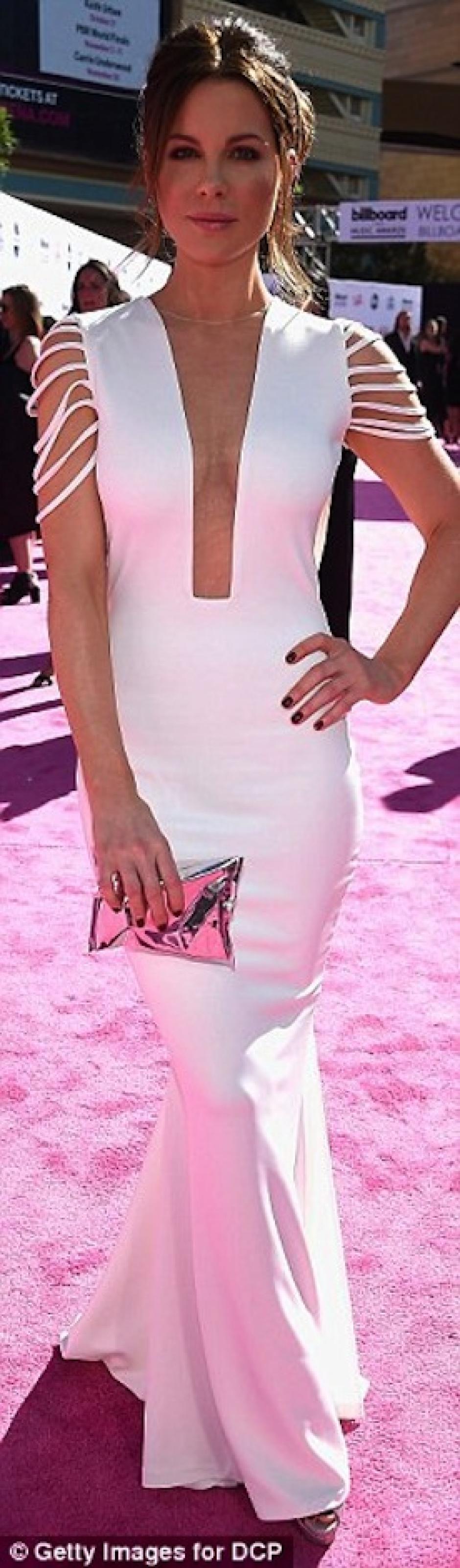 Kate Beckinsale lució etérea de blanco. (Foto: Daily Mail)